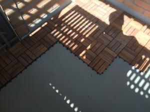 Lägga tratrall på balkong eller uteplats